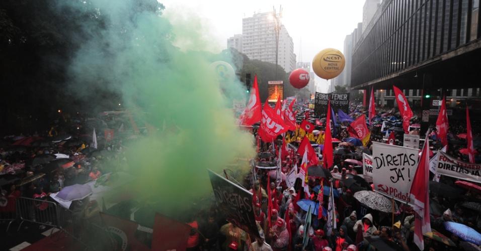 21.mai.2017 - Em São Paulo, manifestantes se reuniram na avenida Paulista. A chuva apertou, fazendo com que os organizadores pedissem falar curtas sobre o carro de som: até três minutos. Um carro de som foi colocado próximo ao Masp e outro, duas quadras adiante, mas esse espaço não chegou a ser totalmente ocupado por participantes