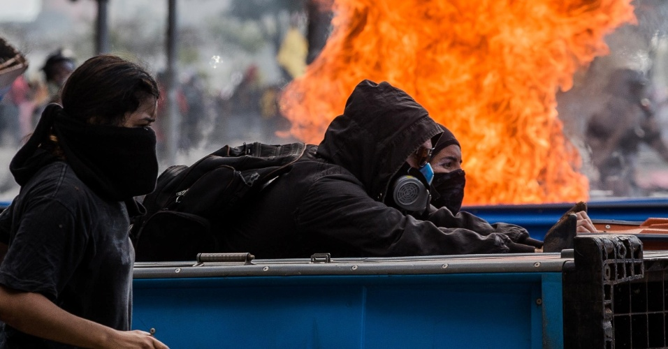 24.mai.2017 - Manifestantes ateiam fogo em prédios da Esplanada dos Ministérios e aumentam o confronto com a Policia durante protesto contra o presidente Michel Temer, em Brasília