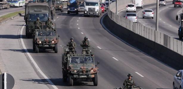 28.jul.2017 - Cerca de 100 homens do Exército tomaram posição na Washington Luis em Duque de Caxias