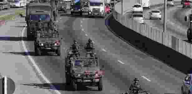 28.jul.2017 - Cerca de 100 homens do Exército tomaram posição na Washington Luis em Duque de Caxias - Cléber Júnior/Extra / Agência O Globo