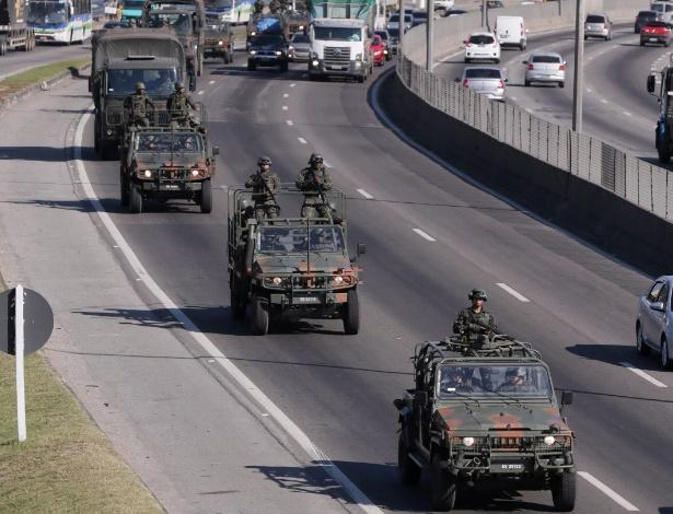 28.jul.2017 - Cerca de 100 homens do Exército circulam na Washington Luis, em Duque de Caxias