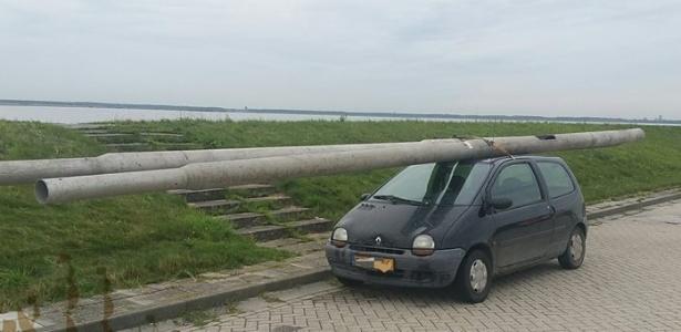 Motorista foi flagrado pela polícia ao carregar dois postes no teto de carro na Holanda