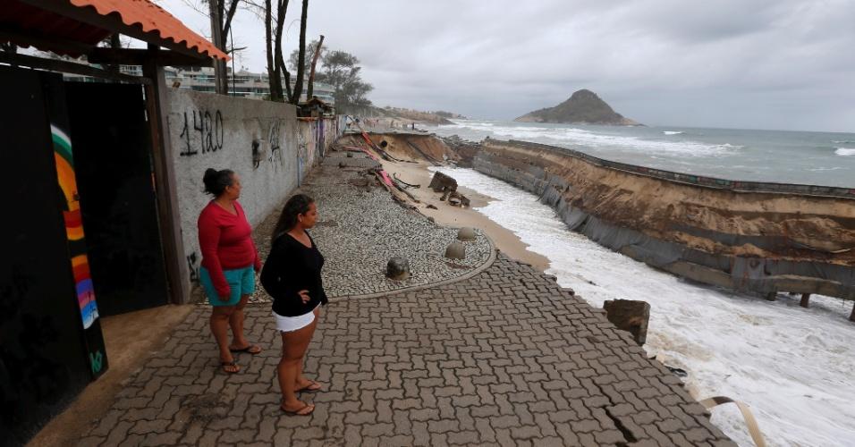 16.out.2017 - Mar avança sobre orla da praia da Macumba, na zona oeste carioca, e deixa rastro de destruição no local
