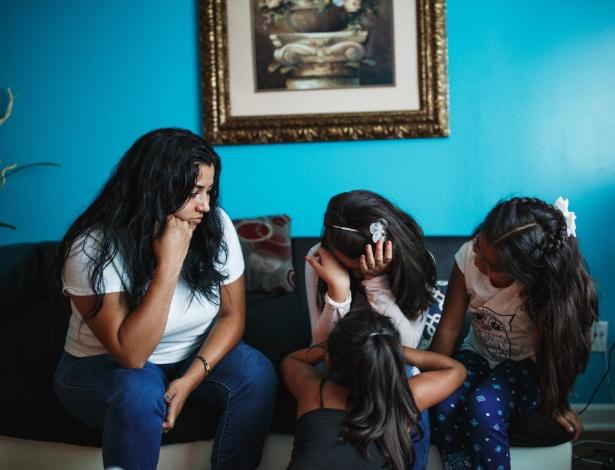 Gabriela Martinez (esq.),com suas três filhas ao lado, foi parada por uma luz de freio quebrada em abril e passou 4 dias na prisão. Ela agora enfrenta uma possível deportação