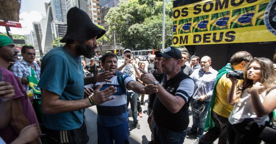 Transeunte discutiu com manifestantes na Avenida Paulista, em SP; antes que a discussão fosse às vias de fato, guardas municipais intervieram e levaram o homem para longe do grupo