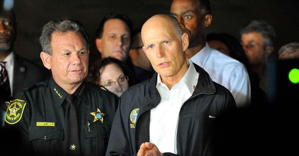 14.fev.2018 - Governador da Flórida Rick Scott conversa com a imprensa em sua visita ao colégio Marjory Stoneman Douglas após tiroteio que deixou 17 mortos