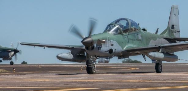A aeronave que dá o tiro de detenção é a A-29