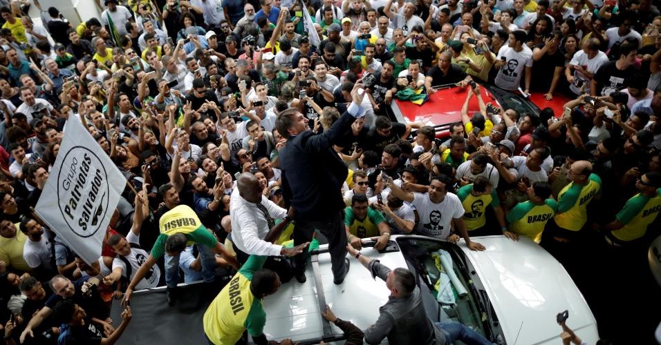 24.mai.2018 - O pré-candidato Jair Bolsonaro (PSL-RJ) sobe em carro ao ser recepcionado no aeroporto de Salvador, na Bahia