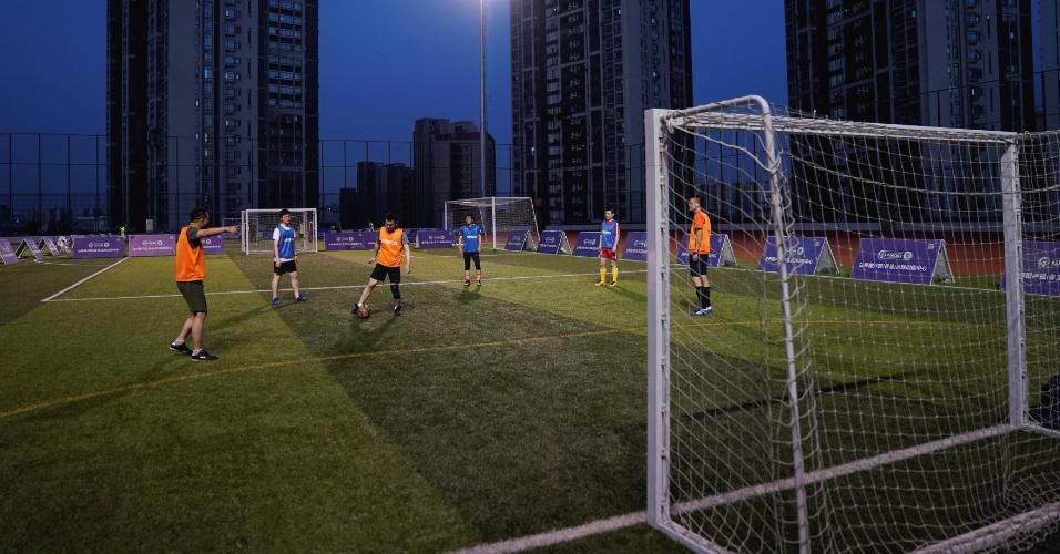 8.maio.2018 - Homens jogam futebol em quadra em Xangai, na China
