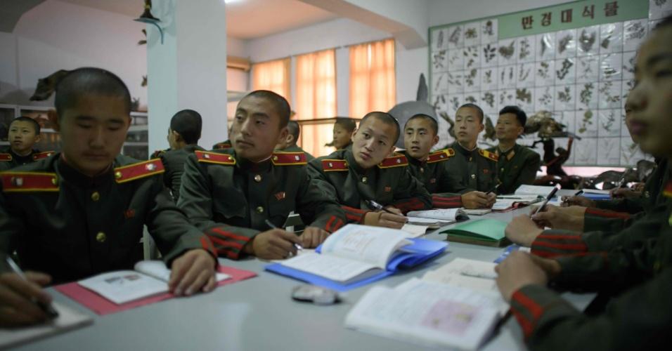 14.jun.2018 - Aula de biologia na Escola Revolucionária Mangyongdae, fundada por Kim Il-sung e hoje uma escola para a elite da Coreia do Norte