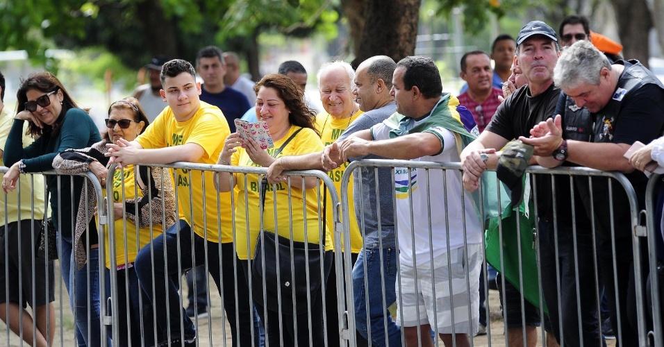 28.out.2018 - Movimentação na Escola Municipal Rosa da Fonseca, na Vila Militar, no Rio de Janeiro (RJ), antes da chegada do candidato à presidência da República, Jair Messias Bolsonaro (PSL)