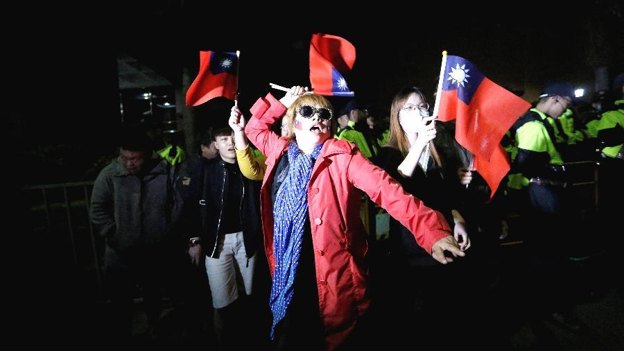 Apoiadores do Partido  Kuomintang (KMT) de oposição protestam em frente ao tribunal do distrito de Taipei, em Taiwan - Ann Wang/Reuters