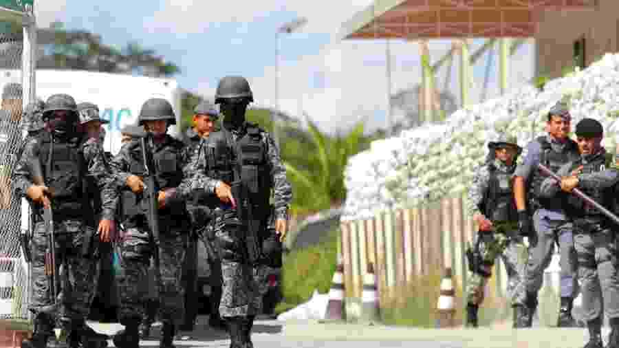 Policiais se movimentam no entorno de um presídio de Manaus; pelo menos 57 detentos morreram nos últimos dois dias na capital amazonense - REUTERS/Sandro Pereira