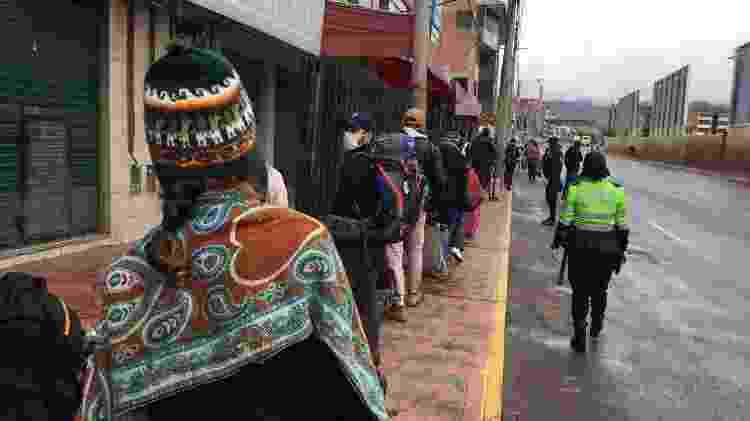 Turistas brasileiros formam fila em frente ao aeroporto de Cusco para tentar embarcar em voo de volta para o Brasil - Luciana Sarrmento/UOL