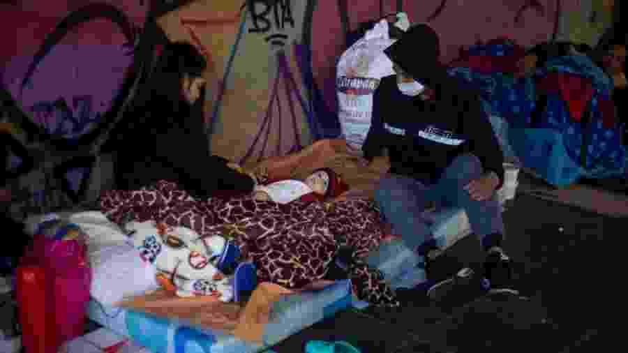 4.mai.2020 - Imigrantes venezuelanos acampam debaixo de ponte em Bogotá, na Colômbia, esperando para retornar a seu país - Daniel Garzon Herazo/NurPhoto via Getty Images