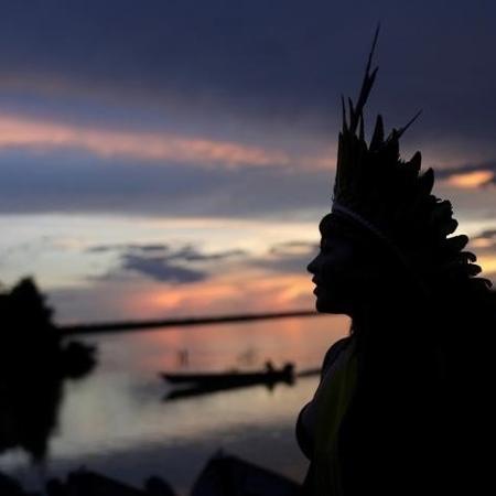 Líder indígena caminha próximo ao rio Xingu no Mato Grosso - RICARDO MORAES