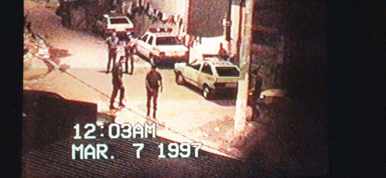 31.mar.1997 - Reportagem no Jornal Nacional mostrou grupo de PMs extorquindo, espancando, torturando e matando inocentes em blitz na Favela Naval, em Diadema, na Grande SP - Reprodução
