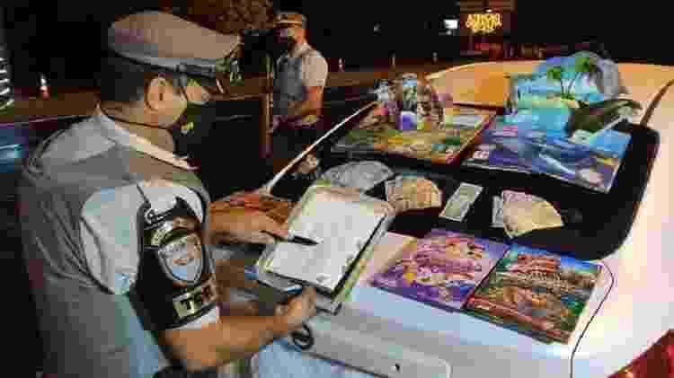 Polícia encontra drogas escondidas em livros infantis; mulher é presa - Reprodução/Polícia Rodoviária - Reprodução/Polícia Rodoviária