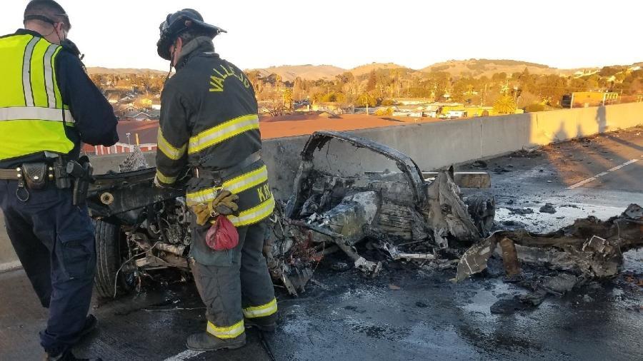 Veículo entrou em chamas e peças foram espalhadas pela rodovia devido à colisão - Reprodução/Facebook/CHP Solano