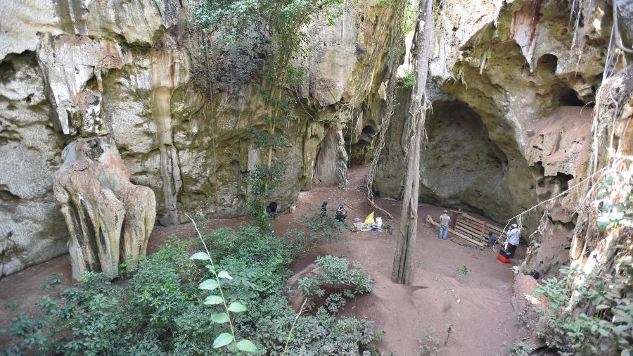 Os restos mortais de uma criança que viveu há 78 mil anos foram encontrados em uma cova na entrada da caverna - Mohammad Javad Shoaee/via REUTERS