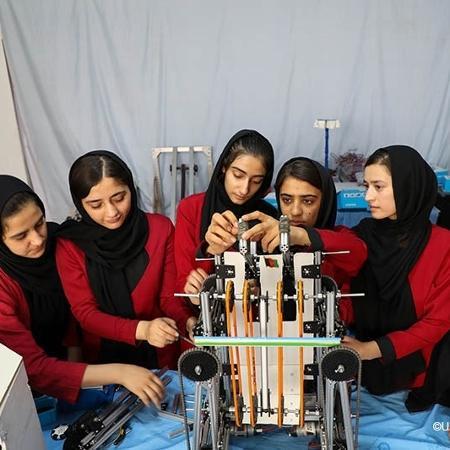 """""""As Sonhadoras Afegãs"""", time de robótica só para meninas do Afeganistão, em apresentação na ONU em 2020 - Unicef Afeganistão/Fazel/2020"""
