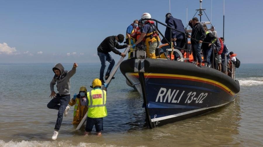 Muitos migrantes são resgatados pela RNLI, organização que salva vidas no mar - Dan Kitwood/Getty Images