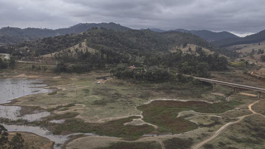 27.08.2021 - Represa Jaguari, em Piracaia, no interior de São Paulo, que faz parte do Sistema Cantareira, durante a seca - Bruno Santos/Folhapress