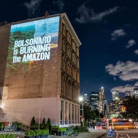 Projeções em Nova York denunciam Bolsonaro antes de declarações na Assembleia Geral da ONU, em 21 de setembro - Ken Schles / Greenpeace