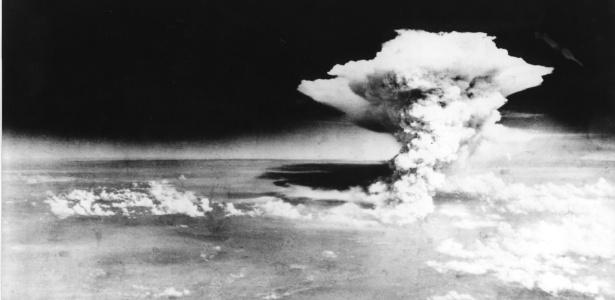 Nuvem gerada pela explosão da bomba nuclear sobre Hiroshima em 6 de agosto de 1945