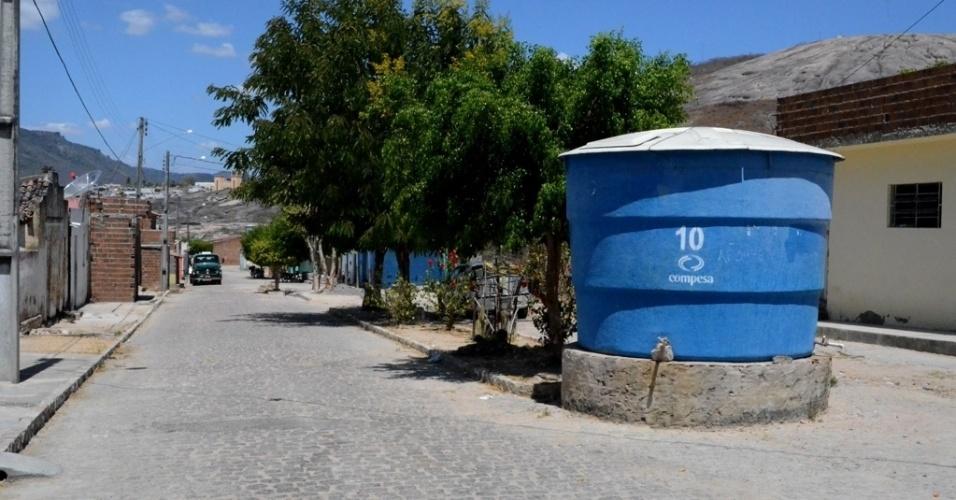 5.dez.2015 - Tanques são instalados em bairros no município de Pedra, Pernambuco, para abastecer à população