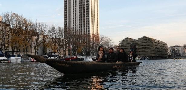 Indígenas passeiam de canoa em lago de Paris durante a COP-21 - Thomas Samson/AFP