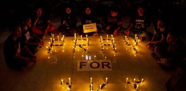 14.jan.2016 - Grupo de estudantes indonésios protesta com velas em Surabaya, na ilha de Java, contra os ataques a bomba que abalaram Jacarta. O EI assumiu a autoria