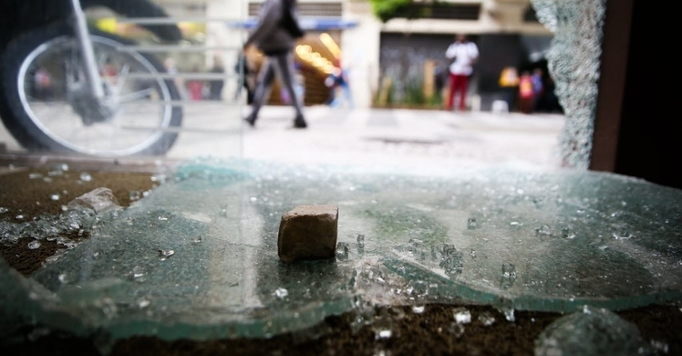 20.jan.2016 - Porta de vidro de banco na rua Barão de Itapetininga, no centro de São Paulo, foi quebrada após protestos contra o aumento da tarifa de ônibus. As duas passeatas do 4º grande ato do MPL (Movimento Passe Livre) não registrou confrontos entre policiais militares e manifestantes. O reajuste das tarifas de ônibus, metrô e trem em São Paulo entrou em vigor no último dia 9: o bilhete unitário passou de R$ 3,50 para 3,80
