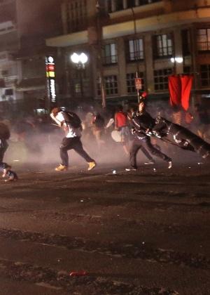 Manifestantes correm de bomba de efeito moral ao lado da praça da República, no centro de São Paulo, durante o 5º ato do MPL, ocorrido na quinta (21)