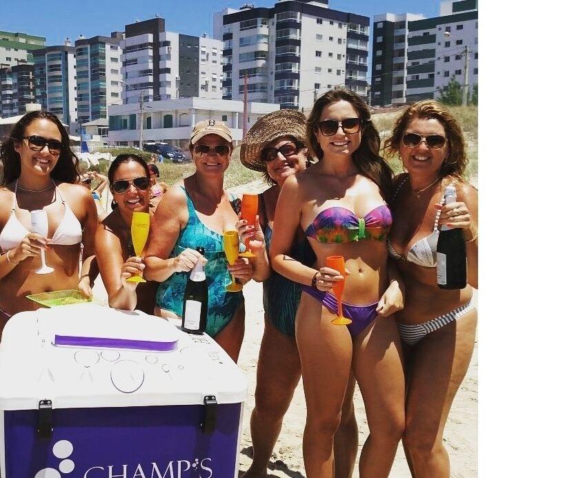 Clientes provam espumante oferecido pela empresa Champ's da Praia, em Capão da Canoa (RS)