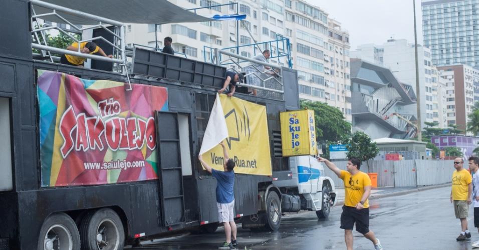 13.mar.2016 - Manifestantes começam a organizar os protestos praia de Copacabana, no Rio de Janeiro. Os protestos deste domingo estão programados para ocorrer em ao menos 415 cidades brasileiras e outras 23 no exterior, de acordo com os movimentos organizadores