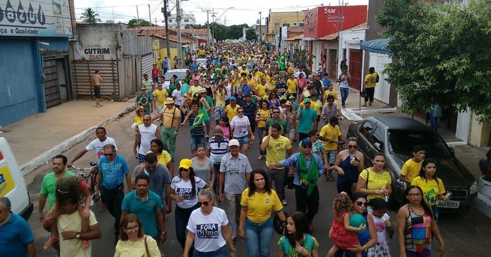 13.mar.2016 - Manifestantes protestam contra o governo Dilma Rousseff em Imperatriz (MA). A imagem foi enviada pelo internauta João Farias para o WhatsApp do UOL Notícias - (11) 95520 5752