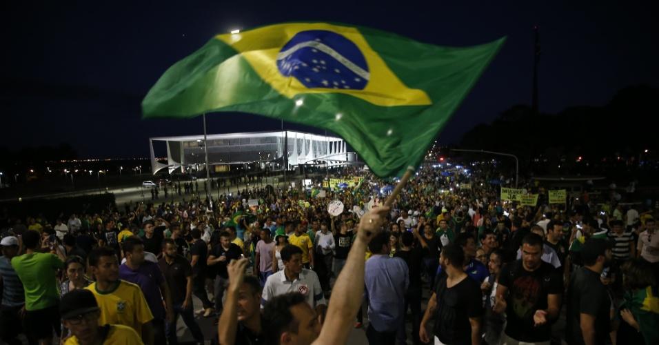 17.mar.2016 - Anoitece na capital federal, mas manifestantes permanecem protestando em frente ao Palácio do Planalto após a posse do ex-presidente Luiz Inácio Lula da Silva como ministro-chefe da Casa Civil