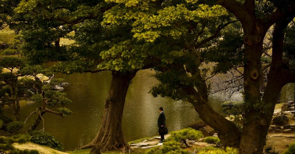 18.mar.2016 - Executivo japonês aproveita dia ensolarado e de calor em Tóquio passeando pelo parque Kyu-Shiba-rikyu. O inverno no hemisfério Norte está próximo do fim, com temperaturas mais amenas ao longo de março