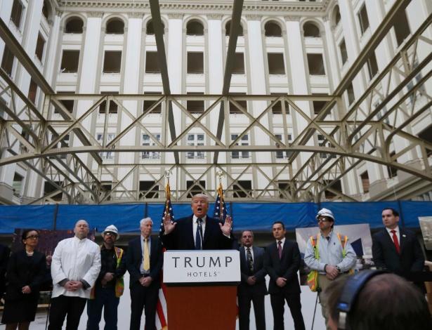 21.mar.2016 - Donald Trump discursa em frente ao Trump International Hotel, da sua rede de empreendimentos, em obras, durante campanha como pré-candidato presidencial