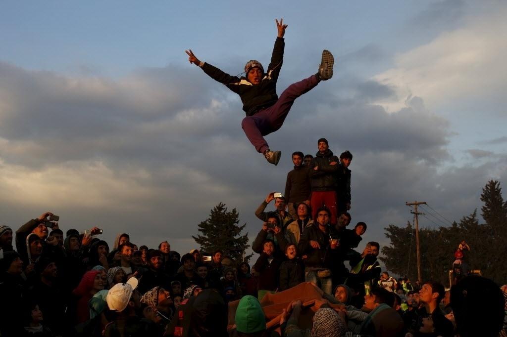 27.mar.2016 - Refugiados se juntam para dançar e cantar em uma festa no acampamento improvisado em Idomeni, na Grécia, próximo à fronteira da Macedônia