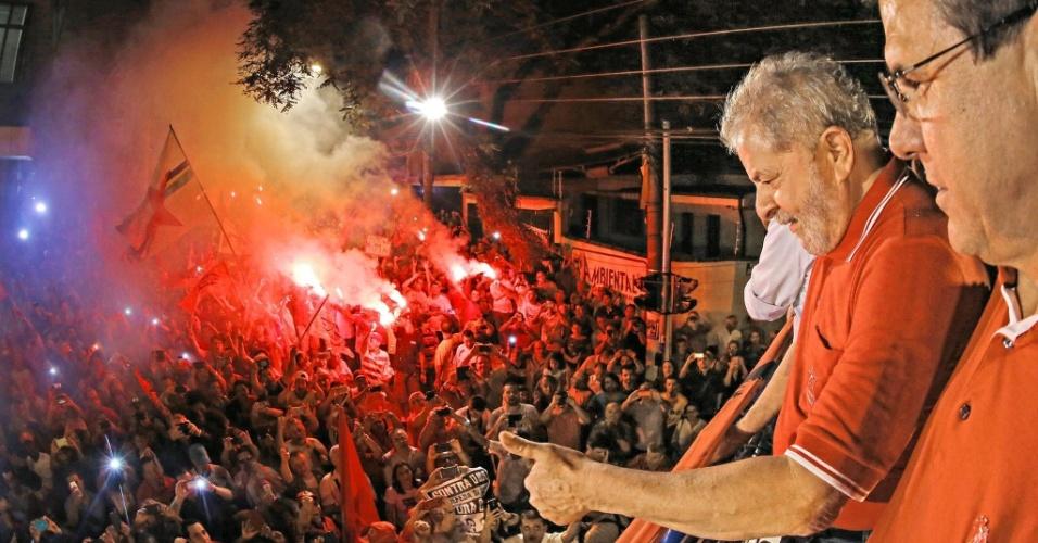 4.abr.2016 - O ex-presidente Luiz Inácio Lula da Silva acena para manifestantes durante ato com metalúrgicos em defesa do mandato da presidente Dilma Rousseff, em São Bernardo do Campo, no ABC paulista. O evento aconteceu em frente à sede do Sindicato dos Metalúrgicos e reuniu 5 mil pessoas segundo os organizadores; a PM calculou 1.500 pessoas