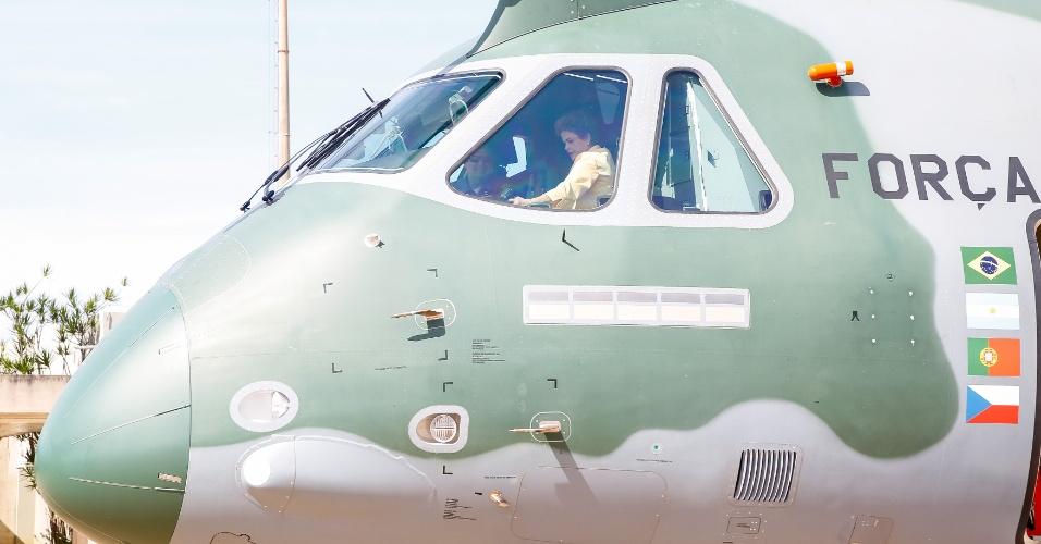 5.abr.2016 - A presidente Dilma Rousseff visita a aeronave KC-390 da Embraer em Brasília (DF). Logo depois, em entrevista coletiva para jornalistas, falou que