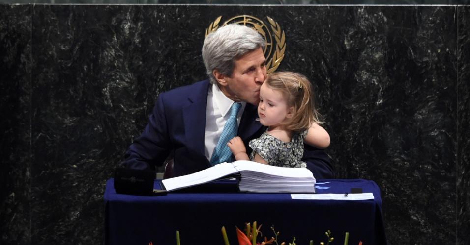 22.abr.2016 - O secretário de Estado norte-americano, John Kerry, beija a sua neta Isabelle Dobbs-Higginson após participar da cerimônia de assinatura do Acordo de Paris, na assembleia geral das Nações Unidas (ONU), em Nova York