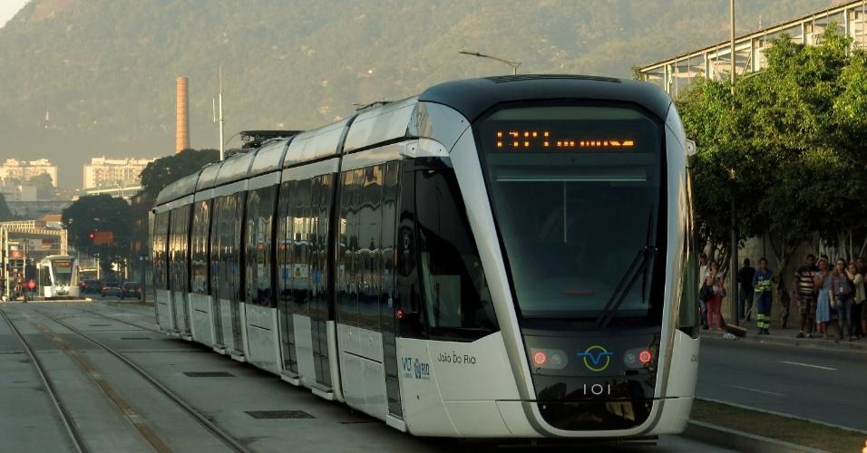 12.jul.2016 - Uma nova linha do VLT passou a funcionar no Rio de Janeiro. O percurso inaugurado, que promete ser bastante utilizado nos Jogos Olímpicos de 2016, faz o caminho entre a rodoviária Novo Rio e o aeroporto de Santos Dumont. Até aqui, 16 estações do VLT estão em funcionamento, metade do projeto original
