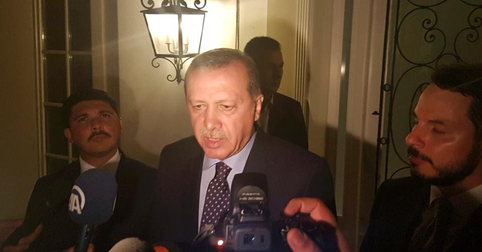 15.jul.2016 - Presidente Recep Tayyip Erdogan fala com jornalistas na cidade de Marmaris, na Turquia, nesta sexta-feira (15). Em entrevista à rede de TV CNN, ele afirmou que o país passa por uma tentativa de golpe que seria fruto de uma minoria dentro do Exército turco. Erdogan estava em férias