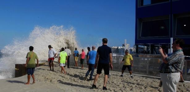 Ressaca em Copacabana assusta cariocas e turistas - o governo criou proteções para não afetar estruturas olímpicas -  Severino Silva/Agência O Dia/Estadão Conteúdo
