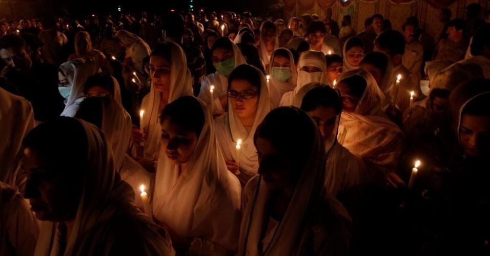 10.ago.2016 - Enfermeiros homenageiam as vítimas da explosão de um hospital em Quetta, Paquistão. O atentado suicida deixou dezenas de mortos e mais de 100 feridos