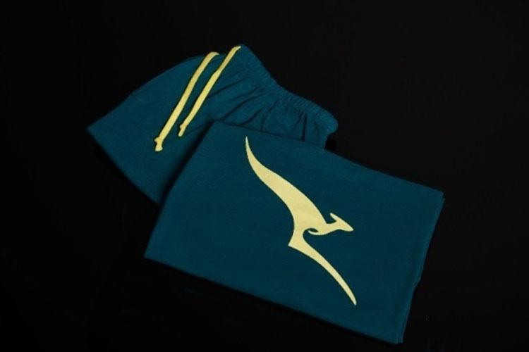 O design verde e dourado do pijama de edição limitada da Qantas é inspirado nas cores da equipe olímpica australiana; a versão um substituto temporário das roupas de algodão cinza que a aérea normalmente distribui na classe executiva