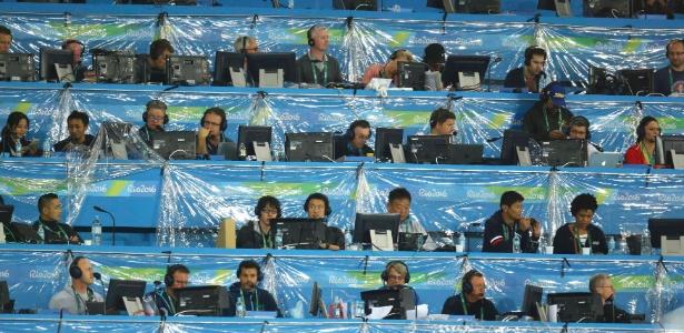 Comentaristas de TV trabalham na tribuna da imprensa no Estádio Olímpico